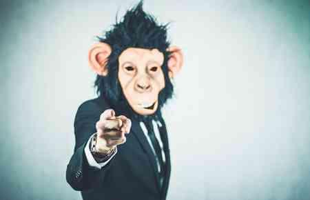 Mann mit Affenmaske und Jacket zeigt mit dem Finger auf mich als Betrachter, hier: beratungsresistenten Existenzgründer