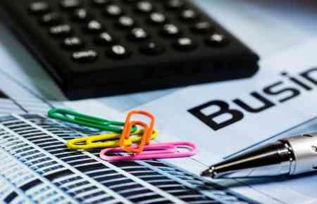 Taschenrechner, Stift und ein Busniesskalender sind zu sehen