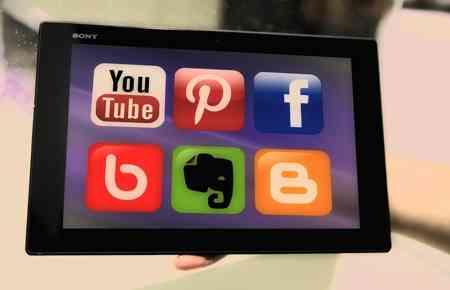Symbole von verschiedenen sozialen Netzwerken auf einem Tablet