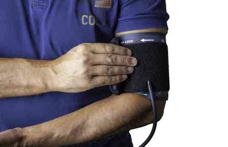 Arzt mit Blutdruckmessgerät